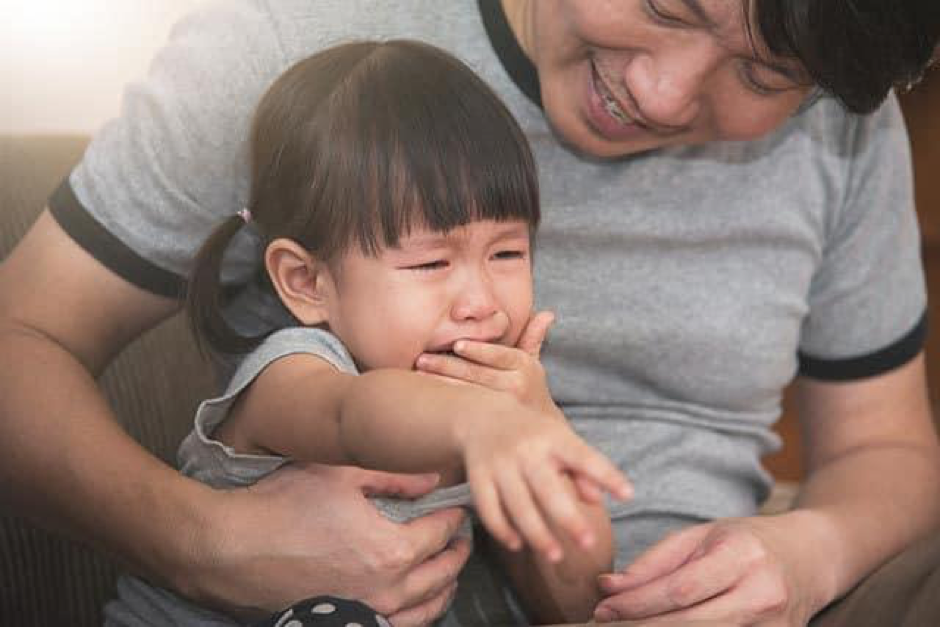 https://hellosehat.com/wp-content/uploads/2018/09/asian-little-kid-girl-crying-while-father-consoling.jpg